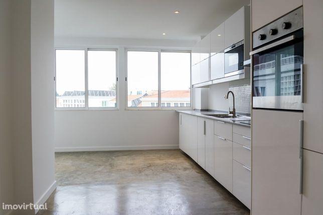 Apartamento T3 remodelado, cozinha equipada, 2 estacionamentos