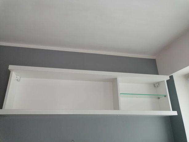 Biała półka na ścianę