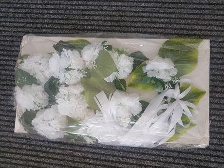Dekoracja na samochód z kwiatów sztucznych białe goździki