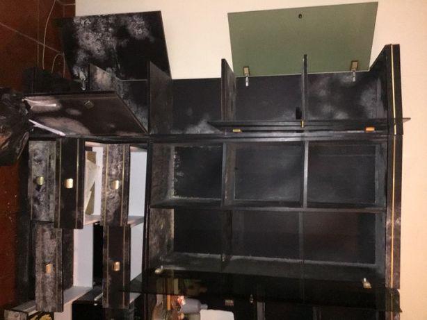 móvel preto em madeira e vidro antigo parte lateral