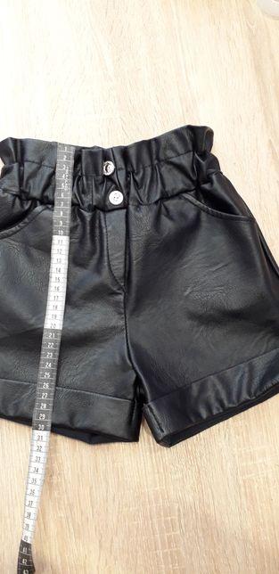 Красивые кожаные шорты.