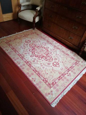 Bela carpete tecida manualmente, em muito bom estado.