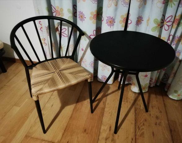 Confortavel cadeira em metal e palha com mesinha redonda,