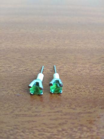 Brincos prateados com pedra verde