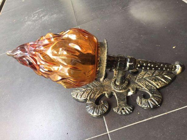 Aplique em ferro forjado e vidro
