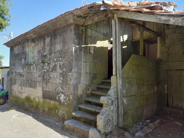 Casa em pedra inserida em aldeia