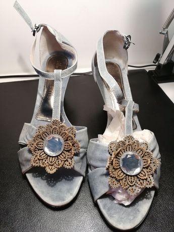 Sandálias, e sapatos em pele