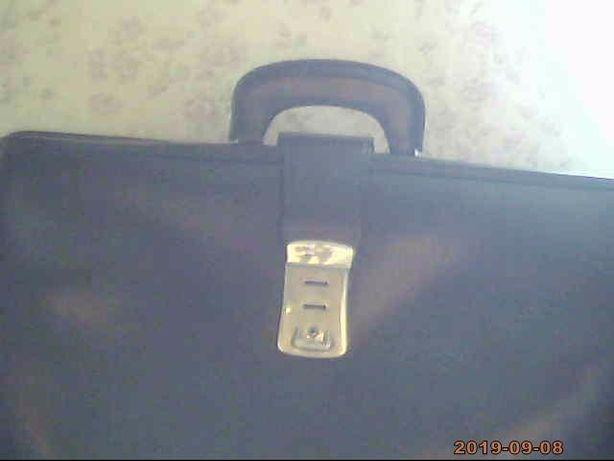 Предлагаю мужской портфель- вместительный и практичный