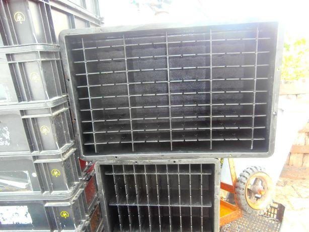 caixas com divisórias para vários componentes