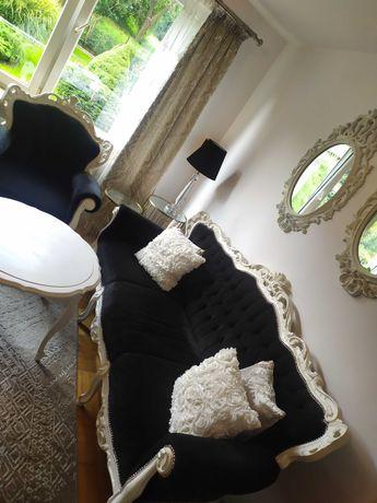 Biało czarna sofa w stylu barokowym