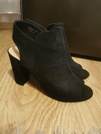 Sandały na słupku czarne