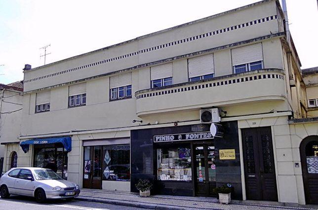 Prédio em São João da Madeira com T4 + 3 lojas