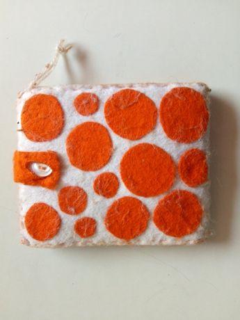 Carteira branca e laranja