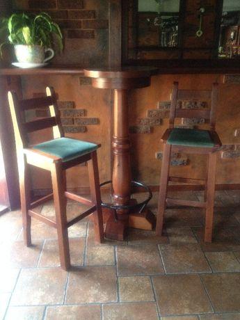 Wysoki stół z dwoma wysokimi krzesłami