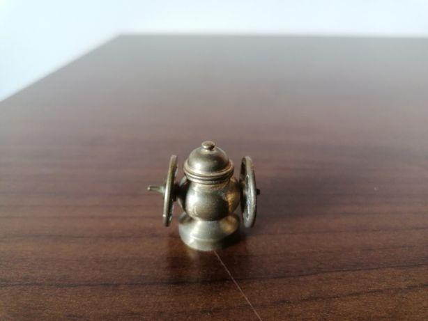 Miniaturowe, mosiężne urządzenie z dwoma kołami