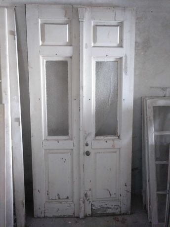 Porta antiga em madeira maciça