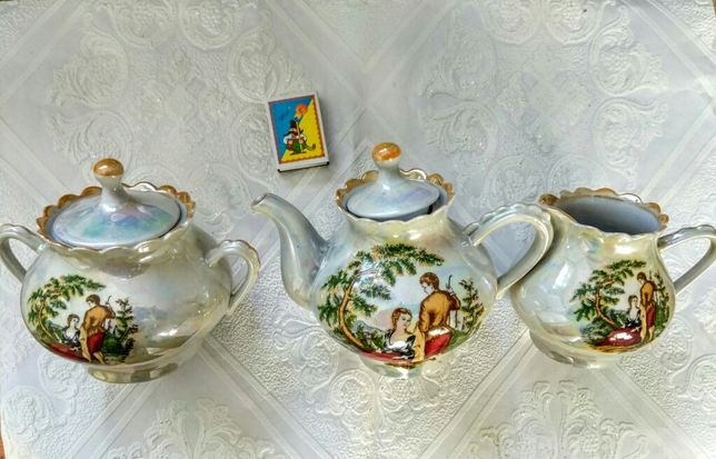 Новый не большой фарфоровый чайник,и пара столовых изделий от сервиза
