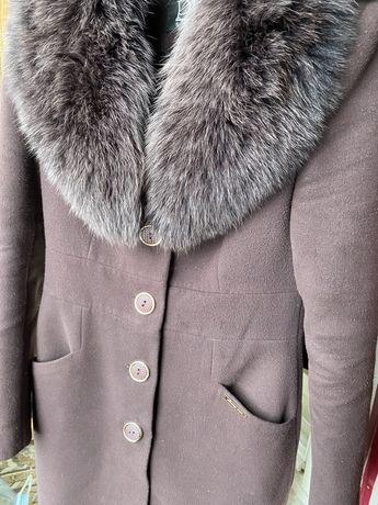 Зимнее пальто с меховым натурал воротником бордовое