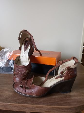 Buty skórzane na koturnie Carinii r.39
