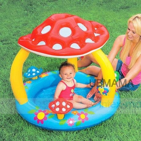 Piscina bebe com proteção solar e com brinquedos para crianças como no