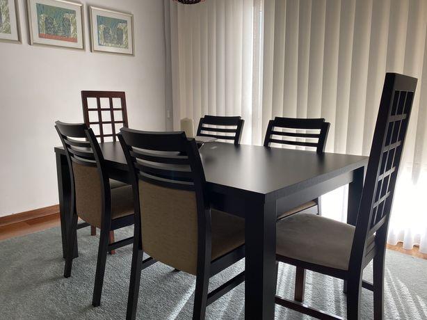 Mesa de jantar e cadeiras