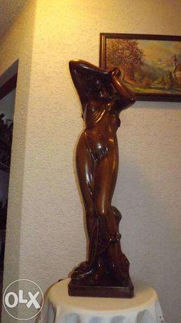 Kobieta rzeżba drewno