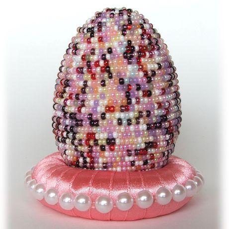 Pisanka z perełek na różowej podstawce