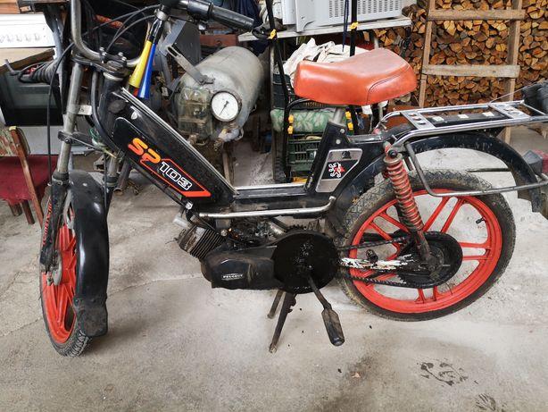 Rower z napędem silnikowym.