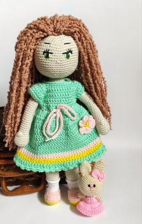 Кукла с игрушкой крючком