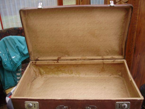 Zabytkowa tekturowa walizka z okresu PRL