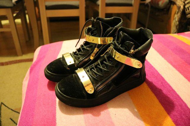 Buty ze złotymi rzepami 37