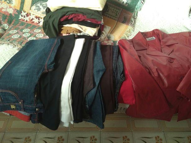 Vária roupa de várias cores