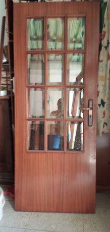 Vendo porta de madeira mogno maciça com vidros lapidados