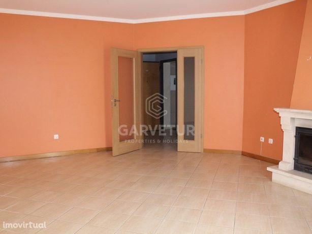 Apartamento T3 inserido numa Urbanização residencial tran...