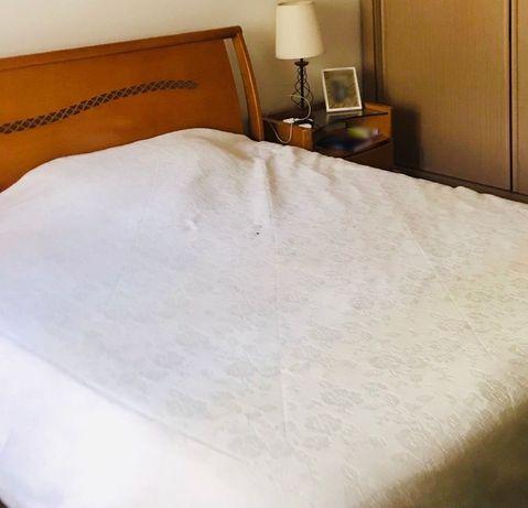 Mobiliário (cama, cómoda, mesas de cabeceira)
