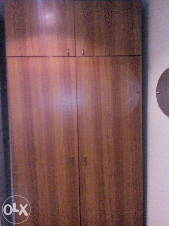 Добротный малогабаритный двустворчатый шкаф с антресолью и полками.