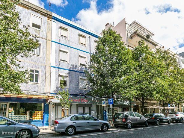 Predio Com 6 Apartamentos E Duas Lojas , Arroios, Lisboa