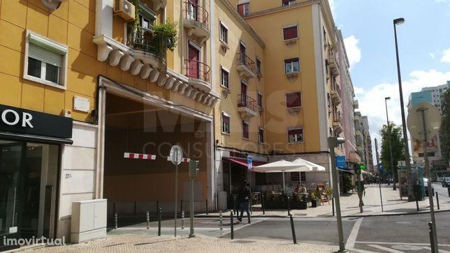 Apartamento T1 remodelado, equipado e semi-mobilado, junto à Avenida de Roma
