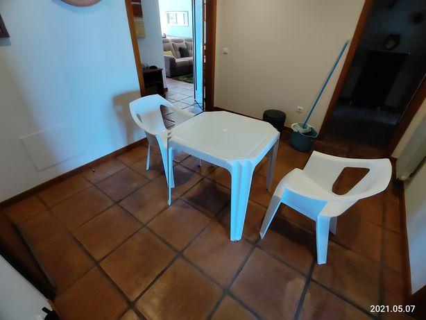 Mesa de jardim e duas cadeiras de ótima qualidade