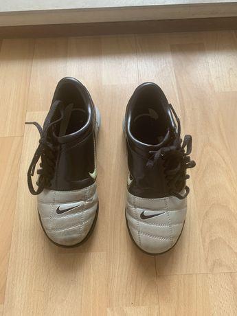 Chuteiras Nike, N. 33