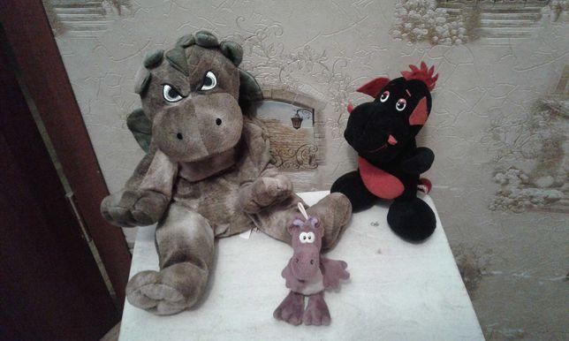 Мягкие игрушки динозавры , собака .