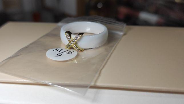 Biały pierścionek ceramiczny