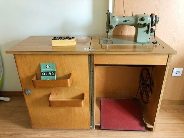 Maquina de costura Oliva totalmente funcional com armário de origem.