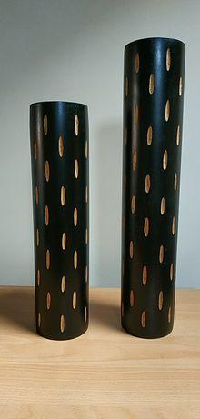 Duas jarras em madeira redondas