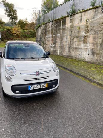 Fiat 500 L leaving 7 lugares