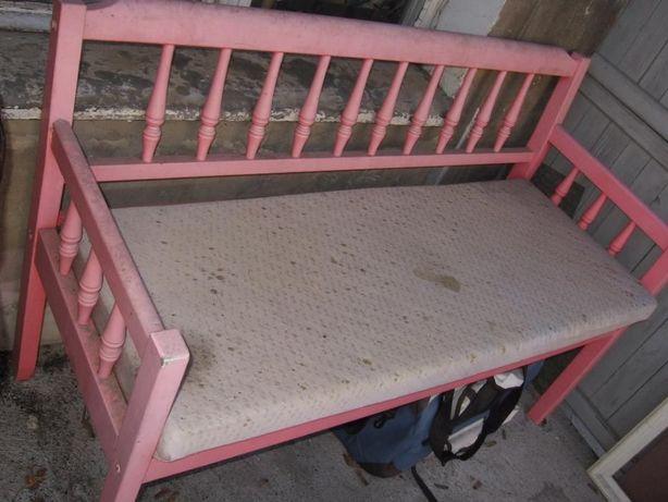 Różowa ławeczka na balkon do ogrodu na taras