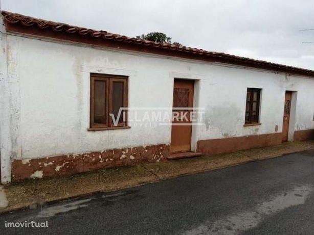 Moradia V3 com quintal situada numa pequena aldeia do Concelho de Alju