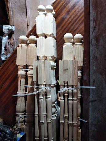 Balustres e colunas em madeira de pinho