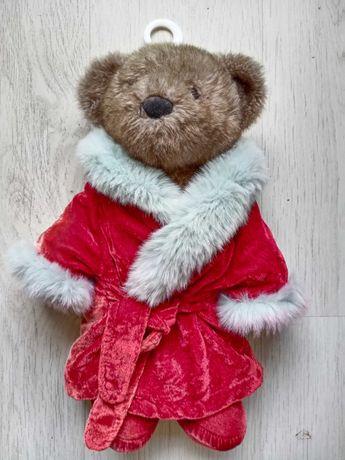 Мягкий медведь в халате и тапочках.