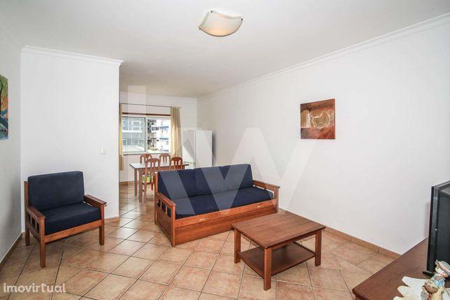 Apartamento T1 com piscina e garagem para arrendar ao ano